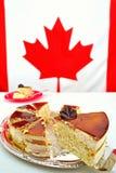 Tranche de gâteau de mousse d'érable pour des célébrations de jour de Canada Images libres de droits