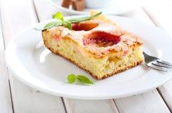Tranche de gâteau de prune Images stock