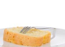 Tranche de gâteau fait maison frais de beurre d'un plat Photo libre de droits
