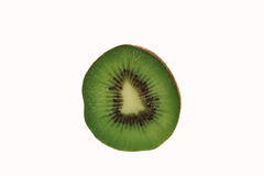 Tranche de kiwis frais d'isolement Photo stock