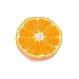 Tranche de mandarine mûre d'isolement sur le blanc image stock