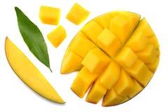 tranche de mangue avec des feuilles de vert d'isolement sur le fond blanc Image stock