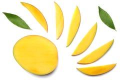 tranche de mangue avec des feuilles de vert d'isolement sur le fond blanc Vue supérieure Images stock