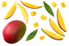 tranche de mangue avec des feuilles de vert d'isolement sur le fond blanc Vue supérieure Image stock