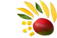 tranche de mangue avec des feuilles de vert d'isolement sur le fond blanc Vue supérieure Photographie stock libre de droits