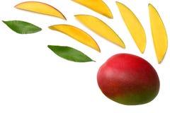 tranche de mangue avec des feuilles de vert d'isolement sur le fond blanc Vue supérieure Image libre de droits