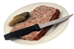 Tranche de pâté de porc avec des conserves au vinaigre photo stock