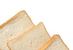 Tranche de pain blanc d'isolement sur le blanc Image stock