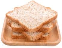 Tranche de pain d'isolement sur le fond blanc images libres de droits