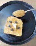 Tranche de pain et confiture de groseille à maquereau Photographie stock libre de droits