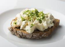 Tranche de pain foncé d'un plat Photo stock