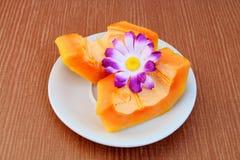 Tranche de papaye image stock