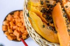 Tranche de papaye d'isolement sur le fond blanc Photos stock