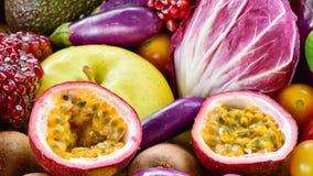Tranche de passiflore comestible de passiflore de plan rapproché avec des fruits frais et des légumes Images libres de droits