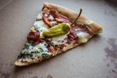 Tranche de pizza dans la boîte avec le jalapeno Photographie stock