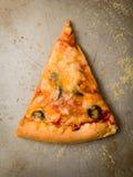 Tranche de pizza sur la casserole Image libre de droits