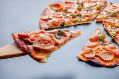 Tranche de pizza sur la fourchette en bois Images stock