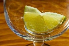 tranche de pomme et de citron dans le gobelet en verre photo libre de droits