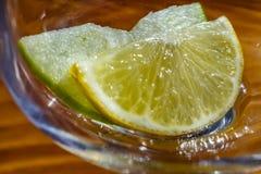 tranche de pomme et de citron dans le gobelet en verre images libres de droits