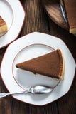 Tranche de portion de gâteau de chocolat fait maison Image stock