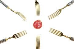 Tranche de saucisse de salami et de beaucoup de fourchettes Photographie stock