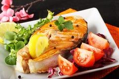 Tranche de saumons frais avec les tomates et la salade Photographie stock