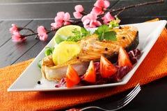 Tranche de saumons frais avec les tomates et la salade Photo libre de droits