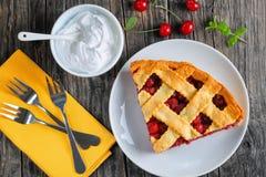 Tranche de tarte aux cerises aigre faite maison photo libre de droits