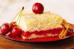 Tranche de tarte aux cerises d'un plat Image stock