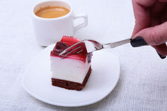 Tranche de tarte aux cerises faite main d'un plat à l'arrière-plan blanc Image libre de droits