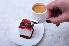 Tranche de tarte aux cerises faite main d'un plat et d'un café classique d'expresso à l'arrière-plan blanc Image libre de droits