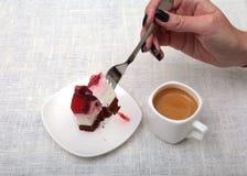 Tranche de tarte aux cerises faite main d'un plat et d'un café classique d'expresso à l'arrière-plan blanc Images stock