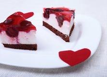 Tranche de tarte aux cerises faite main d'un plat et d'un café classique d'expresso à l'arrière-plan blanc Image stock