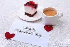 Tranche de tarte aux cerises faite main d'un plat et d'un café classique d'expresso à l'arrière-plan blanc Images libres de droits