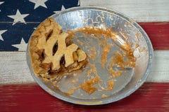 Tranche de tarte aux pommes dans la casserole en aluminium photos stock