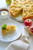 Tranche de tarte aux pommes faite maison du plat blanc Concept de temps de thé photos stock