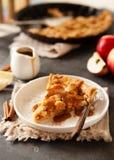 Tranche de tarte aux pommes fraîchement cuite au four avec de la sauce et la cannelle à caramel photo stock