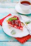 Tranche de tarte avec les groseilles rouges images stock