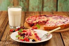 Tranche de tarte de groseille à maquereau du plat blanc, du verre de lait et du tarte sur le RO Image libre de droits