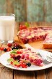 Tranche de tarte de groseille à maquereau du plat blanc, du verre de lait et du tarte sur le RO Photo libre de droits