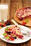 Tranche de tarte de groseille à maquereau du plat blanc, du verre de lait et du tarte sur le RO Photos stock