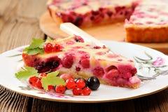 Tranche de tarte de groseille à maquereau du plat et du tarte blancs au service rond de bambou Photographie stock