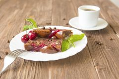 Tranche de tarte et de tasse de café faits maison délicieux sur la table Photos stock