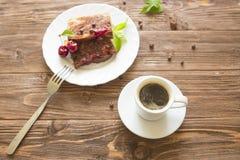Tranche de tarte et de tasse de café faits maison délicieux sur la table Images libres de droits