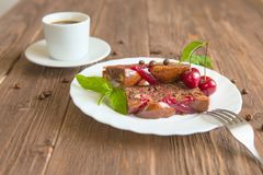 Tranche de tarte et de tasse de café faits maison délicieux sur la table Images stock