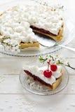 Tranche de tarte fait maison avec la cerise et la meringue Photographie stock libre de droits