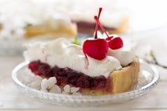 Tranche de tarte fait maison avec la cerise et la meringue Photo stock
