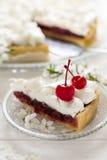Tranche de tarte fait maison avec la cerise et la meringue Image libre de droits
