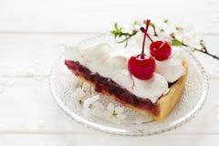 Tranche de tarte fait maison avec la cerise et la meringue Photo libre de droits