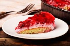 Tranche de tarte fait maison de framboises d'un plat blanc Photographie stock